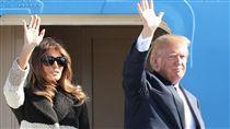 川普抵達日本 亞洲行首站登場美國總統川普5日搭乘空軍一號總統專機抵達日本後,與第一夫人梅蘭妮亞步出機外揮手致意。(共同社提供)中央社  106年11月5日