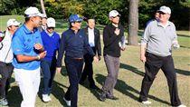 川普與安倍晉三打高爾夫球(圖/路透社/達志影像)