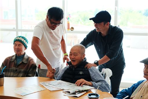 李宗盛石頭與門諾醫院壽豐護理之家的老人互動(圖/相信音樂提供)