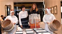 安倍昭惠與梅蘭妮亞參觀珍珠精品店。(圖/路透社/達志影像)