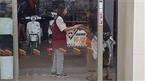 小七,7-11,遊民,沸水,超商,便利商店,冰塊,店員 (圖/翻攝自爆廢公社)