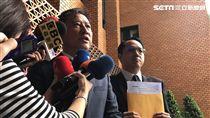 遠東航空營運長曾金池(左),到台北地檢署控告3名前空服員加重誹謗罪。潘千詩攝