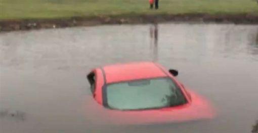 女駕駛低頭玩手機…衝進池塘沉水底 瑪莎拉蒂瞬間成廢鐵《看看新聞》