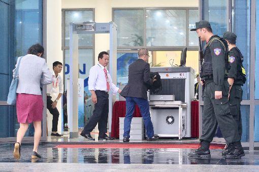 APEC媒體中心維安人員荷槍實彈(1)由越南主辦的2017年亞太經濟合作會議(APEC)年會6日(當地時間)正式登場,APEC國際媒體中心門前的維安人員荷槍實彈,要進入的媒體記者必須一一通過安檢關卡,確保維安。中央社記者吳翊寧越南峴港攝 106年11月6日