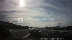 三寶駕駛在五楊高架校前路交流道前突然停車嚇壞路過民眾。(圖/翻攝畫面)