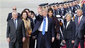 川普訪南韓(美國總統唐納德·特朗普(Tonald Trump)在2017年11月7日星期二抵達韓國平澤市的烏山空軍基地)-(圖/美聯社/達志影像)
