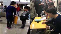 上海地鐵車廂內一名男童母親攤開摺疊桌讓兒子寫作業。(圖/翻攝澎湃新聞)