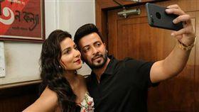 孟加拉當紅男演員在電影裡頭給女主角電話號碼,讓現實生活中的手機主人狂接到粉絲電話不堪其擾。(圖/翻攝Team Shakib Khan臉書)