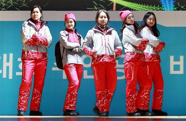 ▲以鮮明且大膽的紅色讓工作人員能在人群中更加顯眼,也象徵著歡慶的喜氣。(圖/翻攝自國際奧會IOC官網)