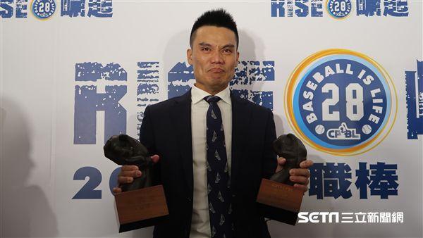 王勝偉獲得金手套和盜壘王獎項。(圖/記者王怡翔攝)