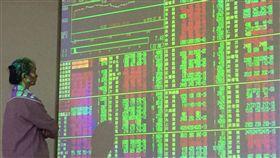 台股上漲逾百點(1)台股11日由蘋果概念股及權值股台積電領軍下,2分鐘即上漲逾百點,在美元指數走弱下,短線有機會挑戰10664點高點。中央社記者董俊志攝 106年10月11日