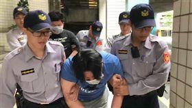 警方將2人移送時,他們酒卻還沒醒,不斷高喊「我犯甚麼罪」。(圖/翻攝畫面)
