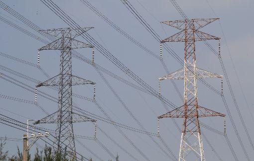 行政院提3策略解決缺電(3)行政院長賴清德8日提出解決「缺電」3大政策方向,提出非核家園、穩定供電、空污改善,並以多元創能增加供給、積極節能全民參與、靈活調度智慧儲能等3個執行策略,作為解決對策。圖為台電高壓電塔。中央社記者董俊志攝 106年11月8日