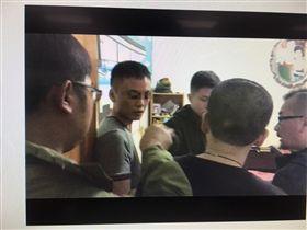 楊男(左二)上個月才因持毒遭逮,不料交保後仍繼續販毒。(圖/翻攝畫面)