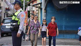 為了降低老人發生交通事故的比率,昨(7)日花蓮警方請來國小4年級的學生擔任一日警察,學生穿上特製警制服在馬路上認真的模樣,讓晨運的阿嬤直呼很溫馨。警方則表示,藉祖孫之情拉近距離,加強宣導效果,也能讓孩童實踐孝親之倫理觀念。(圖/翻攝畫面)