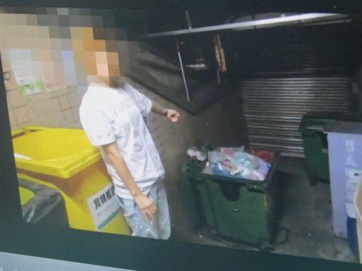 女童生母蘇辰曦帶員警指認遺體丟棄處。 翻攝