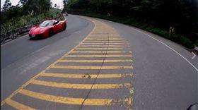 騎車,騎士,超跑,跑車,法拉利,北宜公路,盲彎,逆向,超車 (圖/翻攝自爆料公社)
