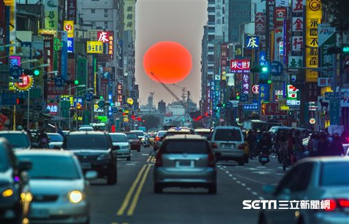 高雄出現「曼哈頓懸日」美景。(圖/翻攝自高雄旅遊網)