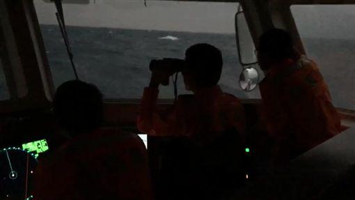 海巡艦艇持續搜救失聯幻象人、機。(圖/翻攝畫面)