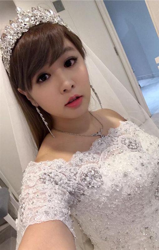 小小瑜與男友舉辦浪漫婚禮。(圖/翻攝自張芯瑜臉書)