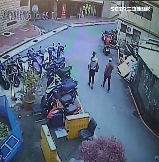 詹姓空姐兩度遭惡煞潑糞及瀝青,遂在市議員童仲彥陪同下開記者會,指控警方在第一次報案時吃案又要他們自己調監視器(翻攝畫面)