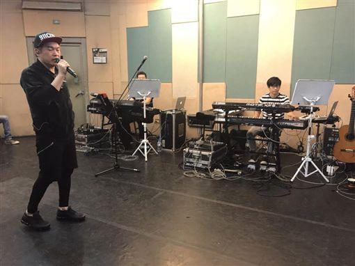 康康,演唱會,染金髮(翻攝自康康臉書)