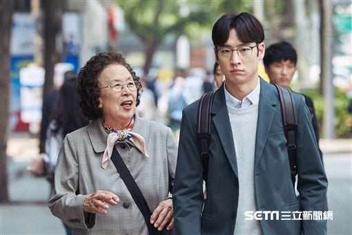 花漾奶奶秀英文,羅文姬,李帝勳/鴻聯電影提供