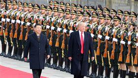 川普赴人民大會堂(2)中國大陸9日以隆重軍禮歡迎美國總統川普到訪。川普繫醒目的大紅色領帶,多次主動與中國國家主席習近平握手。圖為中國國家主席習近平在北京人民大會堂東門外廣場舉行歡迎儀式。(中新社)中央社 106年11月9日