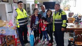 警方短時間內順利替杜婦尋回孫女,與2人及里長合影留念。(圖/翻攝畫面)