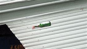 王男一時手滑讓汽油彈掉落一樓遮雨棚,嚇壞附近住戶。(圖/翻攝畫面)