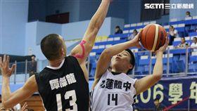 ▲潘聖融(右)不懼怕比自己高16公分的譚傑龍(左)。(圖/記者蔡宜瑾攝影)