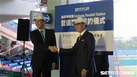 ▲新北市長朱立倫(左)與蔡明忠簽約新莊球場OT記者會。(圖/記者蕭保祥攝)