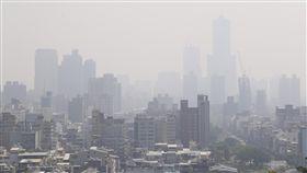 高雄市空氣品質不良行政院環境保護署空氣品質監測網3日指出,高屏地區前金、鳳山、林園、前鎮及小港測站空氣品質指標(AQI)均達對敏感族群不健康的橘色等級,指標污染物為細懸浮微粒(PM2.5)。圖為高雄市上午空氣品質不良,天空呈現一片灰濛濛。中央社記者董俊志攝 106年11月3日