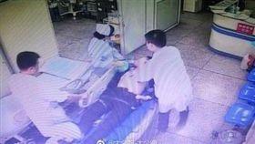 大陸廣西柳州市有一名男子突然在路邊抽搐昏倒,送醫後已沒心跳,不過醫師仍不放棄,約按壓男子心臟15000次、長達2小時的搶救,男子奇蹟似的恢復心率,目前已轉入加護病房持續觀察中。(圖/翻攝自微博)
