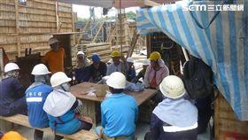 勞工局宣導勞工進行防曬補水休息。(圖/翻攝畫面)
