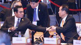泰國總理帕拉育請宋楚瑜吃喉糖(1)APEC領袖代表宋楚瑜(前右)10日出席亞太經濟合作會議(APEC)「與東協領袖非正式對話」,泰國總理帕拉育(Prayuth Chan-ocha)(前左)拿出喉糖請宋楚瑜吃。中央社記者吳翊寧越南峴港攝 106年11月10日