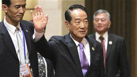 宋楚瑜越南出席記者會 向媒體揮手致意2017年亞太經濟合作會議(APEC)經濟領袖會議11日在越南峴港市落幕,台灣APEC領袖代表宋楚瑜(中)會後出席記者會,向在場媒體記者揮手致意。中央社記者吳翊寧越南峴港攝 106年11月11日
