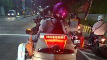 網友拍下劉姓一家三口停等紅燈的最後身影。(圖/翻攝畫面)