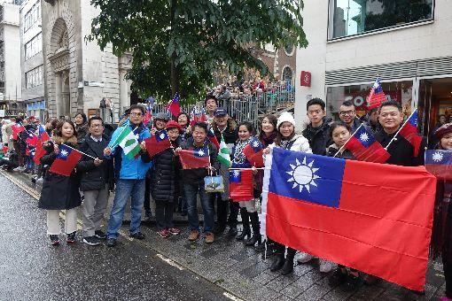 台灣首次參加倫敦市長巡遊 加油團助陣倫敦市長巡遊11日舉行,台灣今年首度組隊參加,儘管天氣寒冷,仍有許多旅英台灣民眾到場揮舞國旗,替台灣隊伍加油打氣。中央社記者戴雅真倫敦攝 106年11月12日