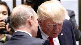 APEC會議 川普蒲亭交換意見(2)亞太經濟合作會議(APEC)經濟領袖閉門會議11日在越南峴港舉行,美國總統川普(Donald Trump)(右)與俄羅斯總統蒲亭(Vladimir Putin)(前左)交換意見。中央社記者吳翊寧越南峴港攝 106年11月11日