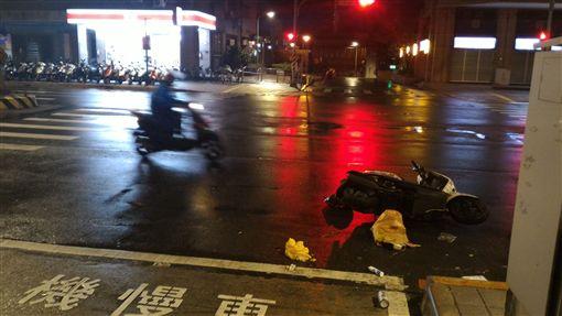 潘女撞上騎著U-Bike正要過馬路的朱少。(圖/翻攝畫面)