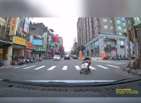 嬰兒車滑出來_爆料公社