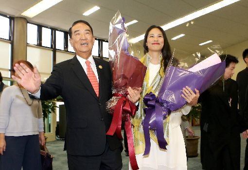APEC代表團返台 宋楚瑜宋鎮邁接受獻花2017年亞太經濟合作會議(APEC)經濟領袖會議台灣代表團成員12日搭機返台,領袖代表宋楚瑜(前左)與女兒宋鎮邁(前右)在機場獲熱烈歡迎,並接受獻花。中央社記者邱俊欽桃園機場攝 106年11月12日