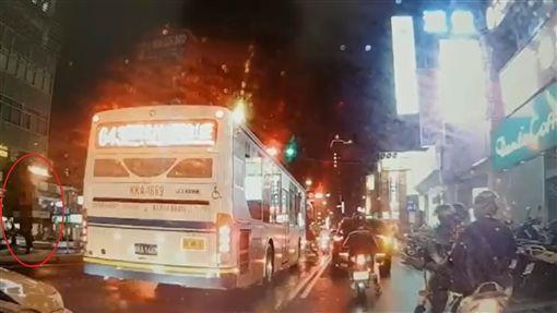 行車紀錄器影像可見吳莉貞未走斑馬線,而是跨越安全島。(圖/翻攝畫面)