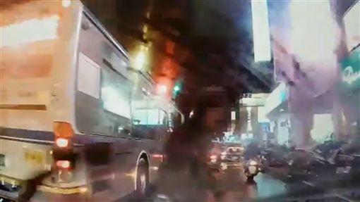 李男煞車不及右前車頭撞上吳莉貞。(圖/翻攝畫面)
