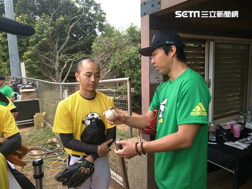 ▲學員把握機會向吉見一起學習投球。(圖/記者林辰彥攝影)