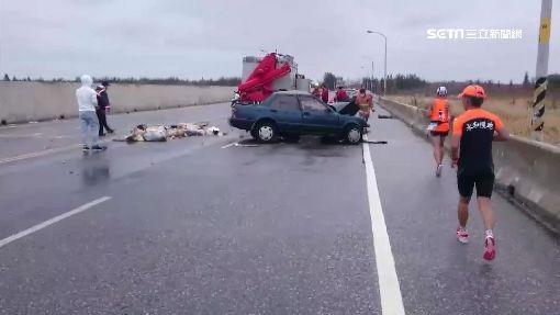 車道封閉路跑 貨車貪快超車對撞1死1傷