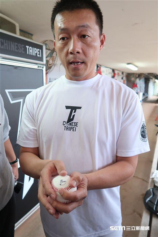 吳俊良談亞冠賽比賽用球。(圖/記者王怡翔攝)