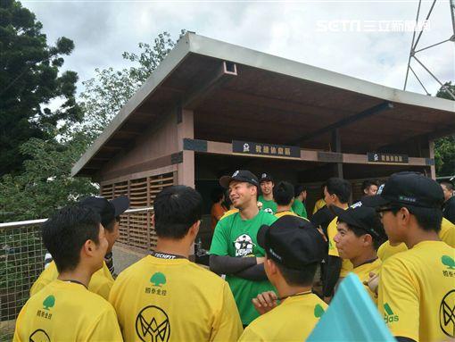 ▲曾仁和在訓練營與年齡相仿的學員聊得很開心。(圖/記者林辰彥攝影)