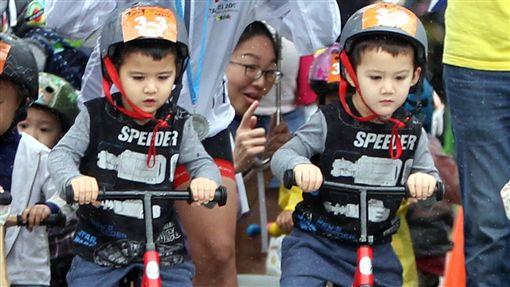 混血雙胞胎何晧中(右)和何皓文超搶鏡(圖/中華民國自行車騎士協會提供)